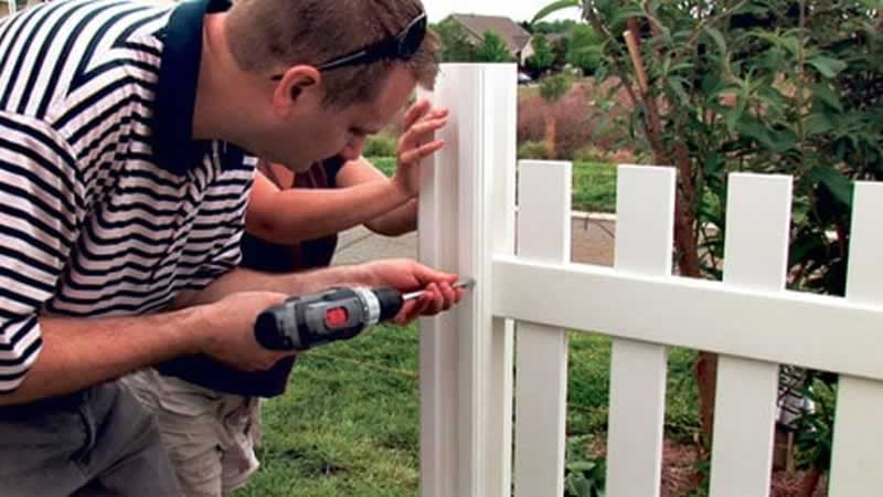 How to build a fence - mounting the gate