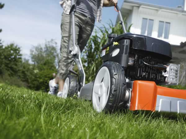 Guide to a healthy and organic lawn - mowing with Husqvarna lawn mower
