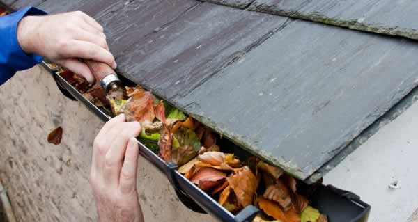 How to clean your clogged gutters safely - cleaning gutters
