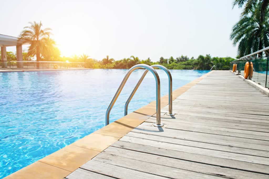 3 signs you need to hire a pool maintenance business pool