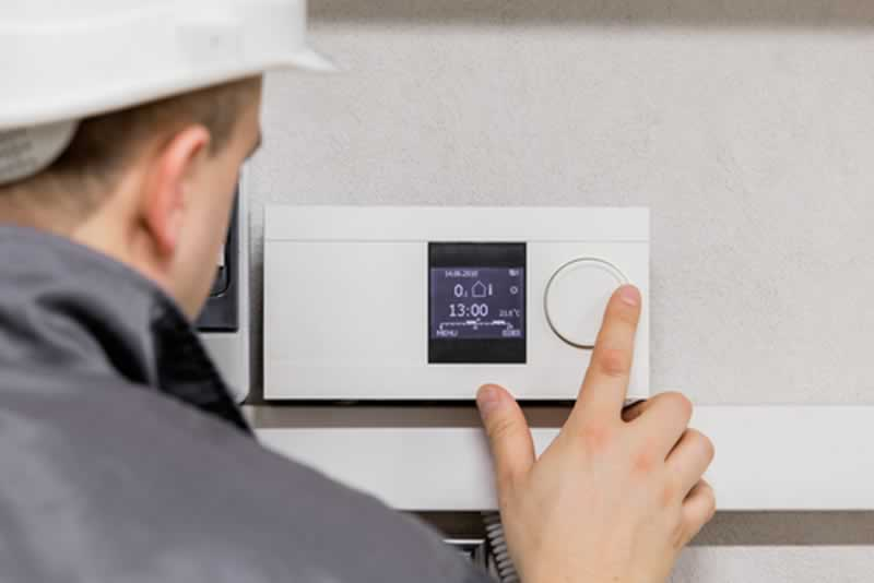 6 Questions to Ask When Choosing VA Heating and Cooling Expert Contractors - thermostat