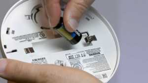 Handyman tips that will help you fix common home problems - fixing smoke detector