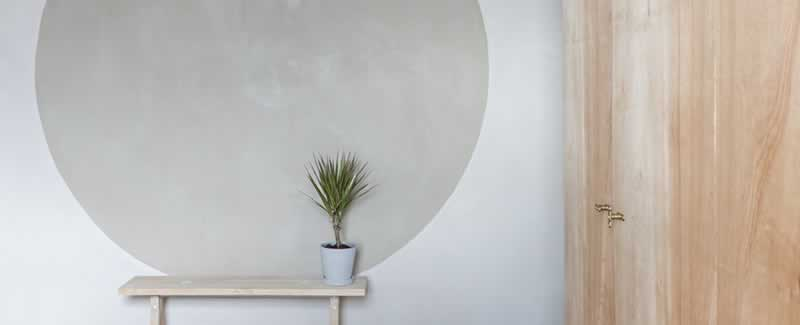 How can I decorate my living room on an eco-friendly budget - natural plaster wall