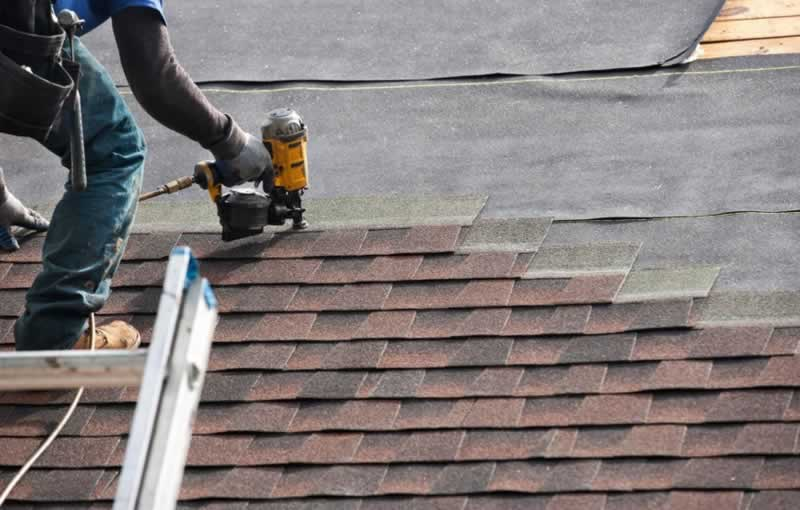 How to choose the best roofing company in Houston - laying shingles