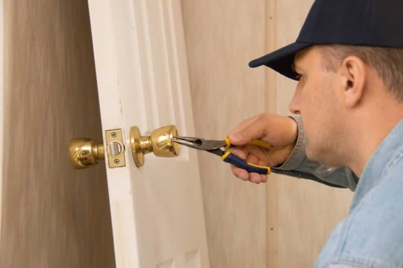 How to Find the Right Locksmith - fixing the lock