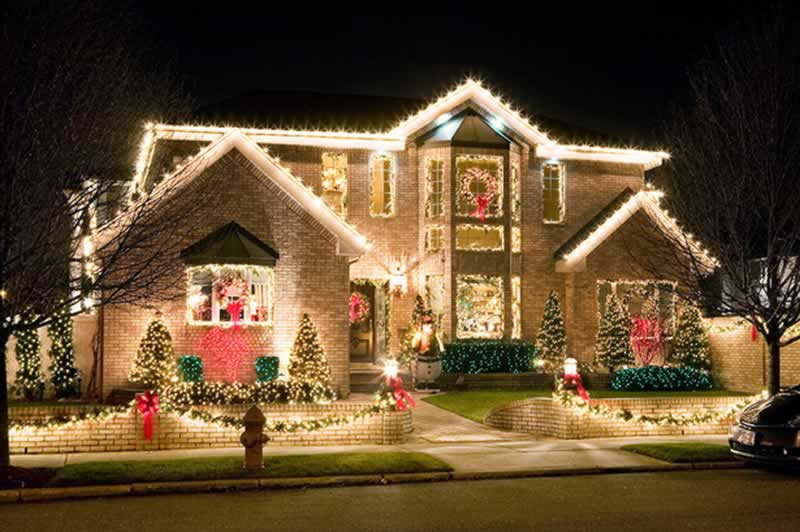 How to Hang Christmas Lights on Your House - amazing Christmas lights
