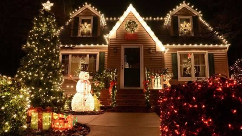 How to Hang Christmas Lights on Your House