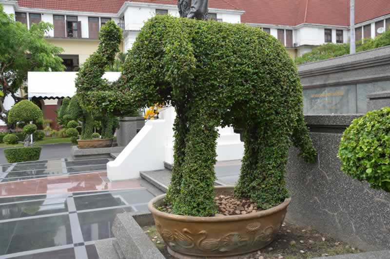 Fun Outdoor Christmas Decorations You'll Love This 2020 - elephant