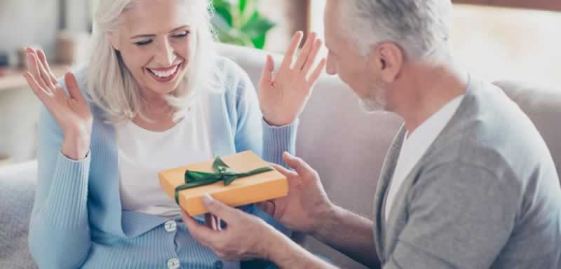 How to Buy a Gift for a Woman - older couple
