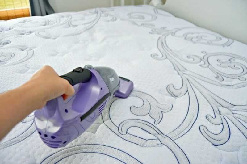 Life Hacks For A Clean & Organized House - cleaning the mattress
