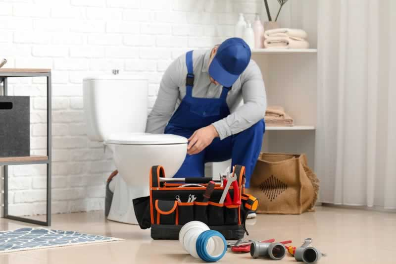 Top 3 Toilet Issues and Signs to Watch Out For - fixing the toilet