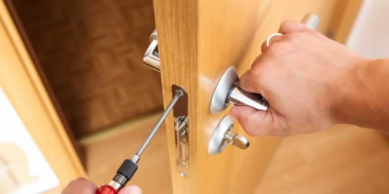 Best Local Portsmouth, Hampshire Locksmith For Speed And Price - screwdriver