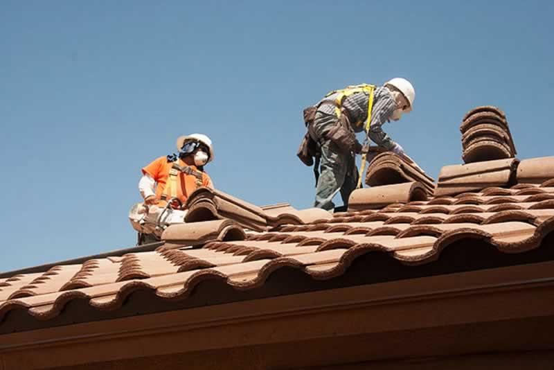 How Can You Avoid Big Problems With Your Roofing Contractor - roofers