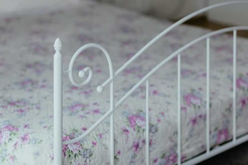 Learn How To Build A Great King Size Bed For Your Bedroom - metal rim
